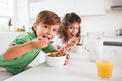 niños desayuno